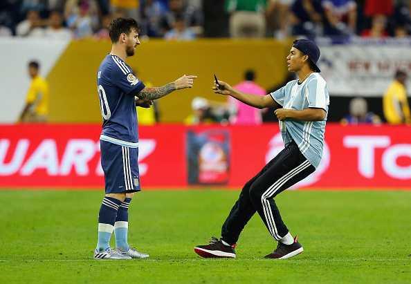 Fan cuong lao vao san quy lay xin chu ky Messi hinh anh 1