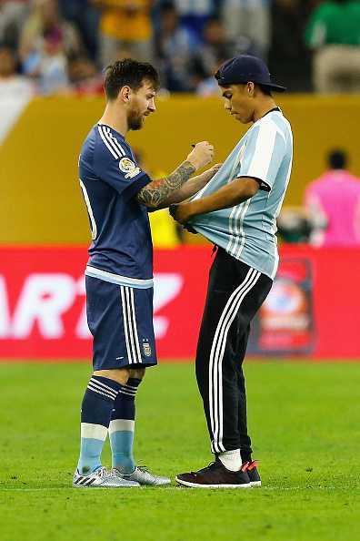 Fan cuong lao vao san quy lay xin chu ky Messi hinh anh 5