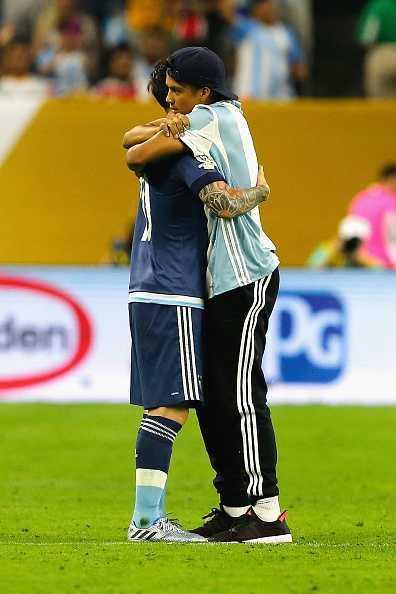 Fan cuong lao vao san quy lay xin chu ky Messi hinh anh 6