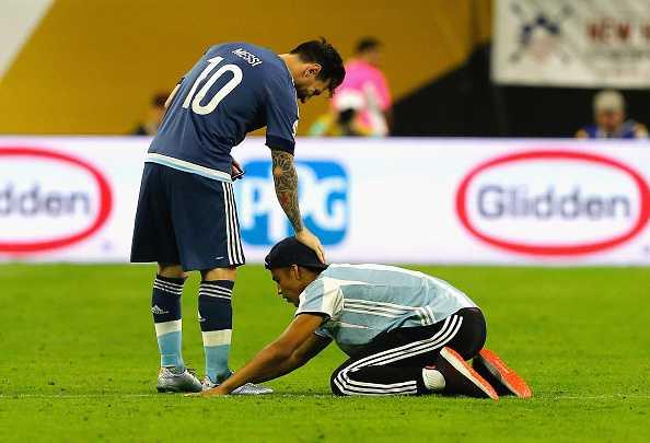 Fan cuong lao vao san quy lay xin chu ky Messi hinh anh 2