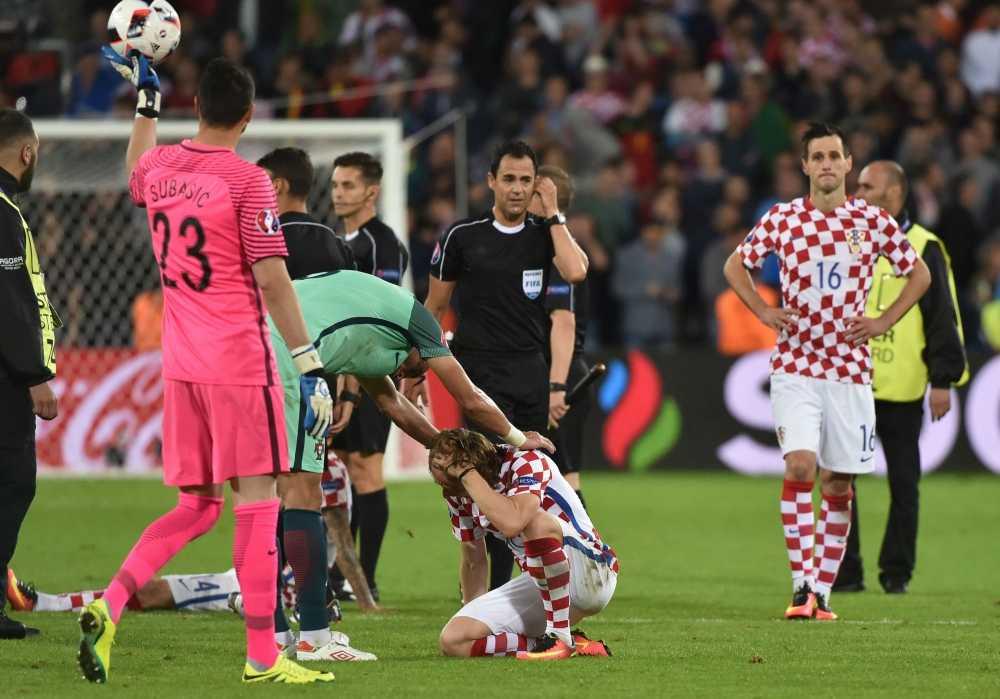 Modric thua tran oa khoc, Ronaldo om nhe vo ve hinh anh 2