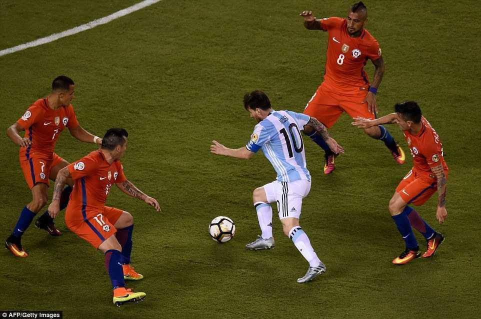 Messi khoc nuc no, buoc toi ban than khien Argentina bai tran hinh anh 10