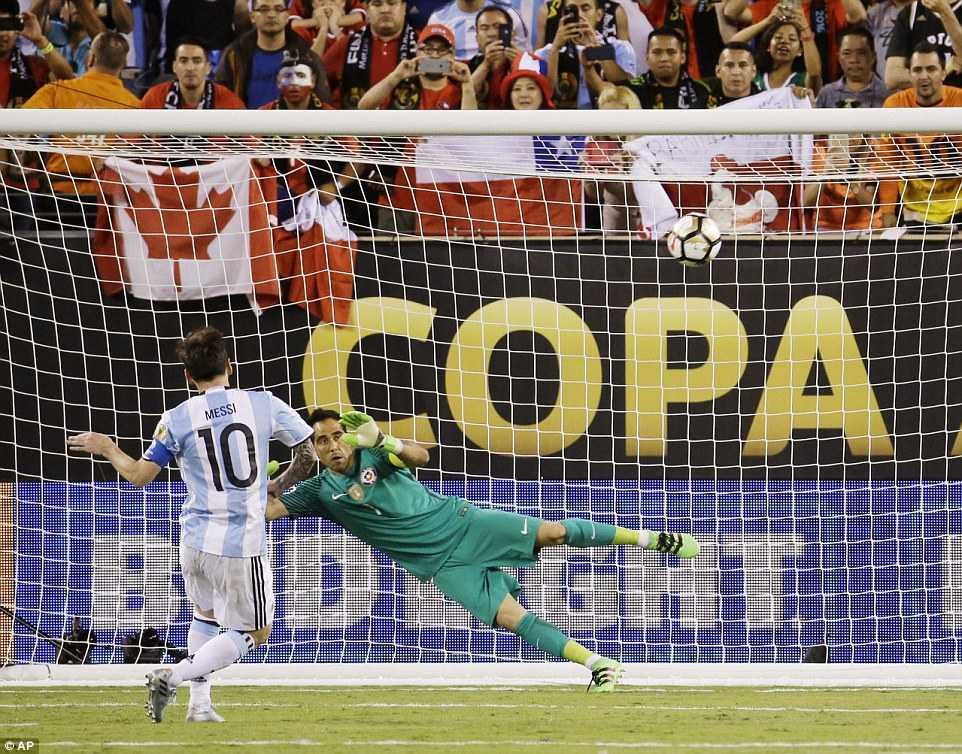 Messi khoc nuc no, buoc toi ban than khien Argentina bai tran hinh anh 14