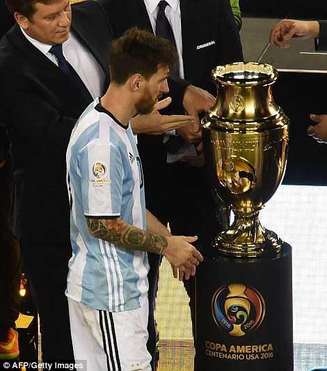 Messi khoc nuc no, buoc toi ban than khien Argentina bai tran hinh anh 1
