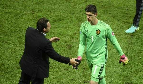 Thibaut Courtois chi trich HLV Bi ngay trong phong thay do hinh anh 1