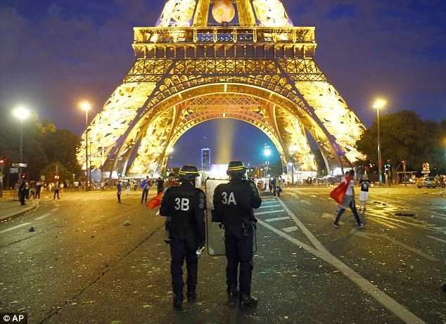 Bao loan duoi chan thap Eiffel trong dem chung ket Euro 2016 hinh anh 13