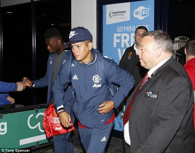 Ibrahimovic duoc chao don, Man Utd ve Anh an toan hinh anh 6