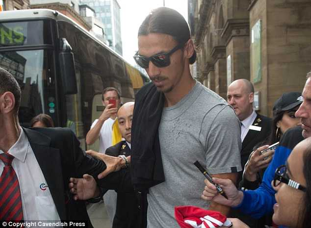 Zlatan Ibrahimovic tap luyen cung dong doi moi, Paul Pogba lai am chi tuong lai hinh anh 1