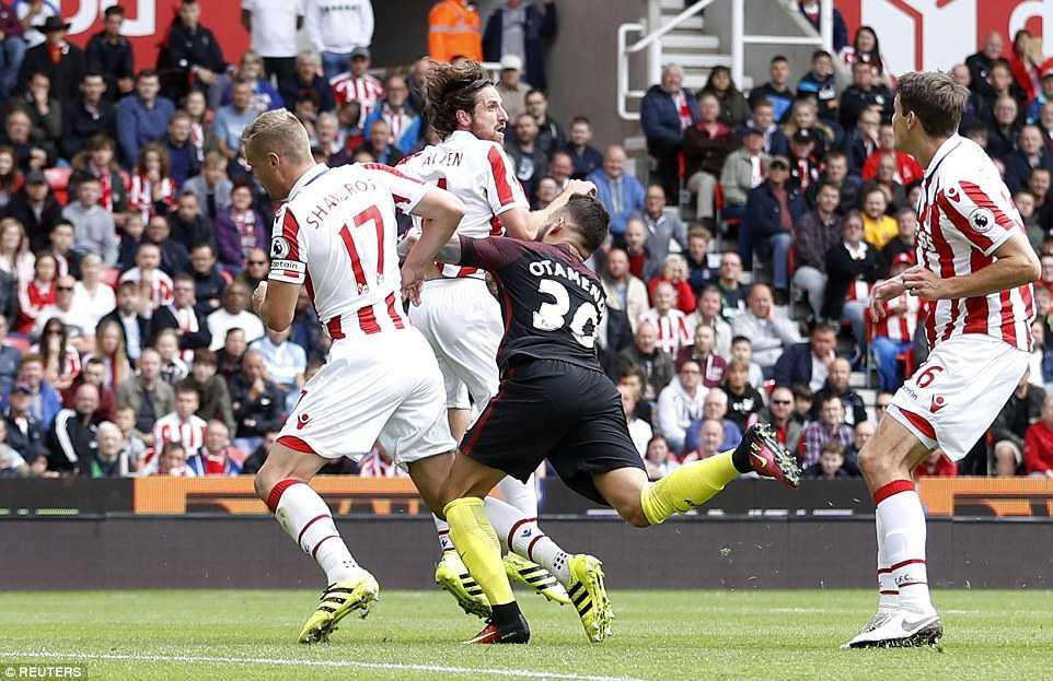 Aguero cung Nolito toa sang, Manchester City de bep Stoke hinh anh 1