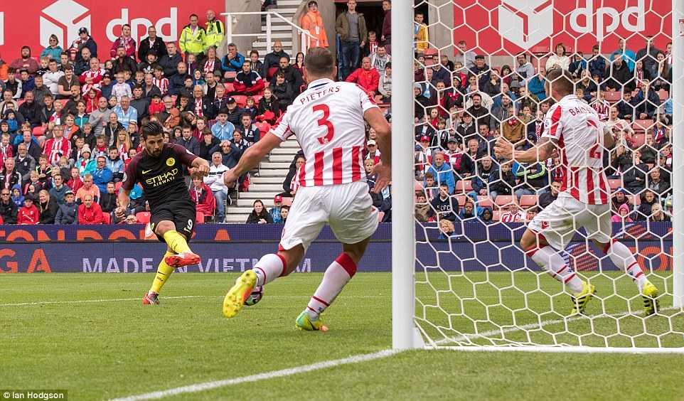 Aguero cung Nolito toa sang, Manchester City de bep Stoke hinh anh 4