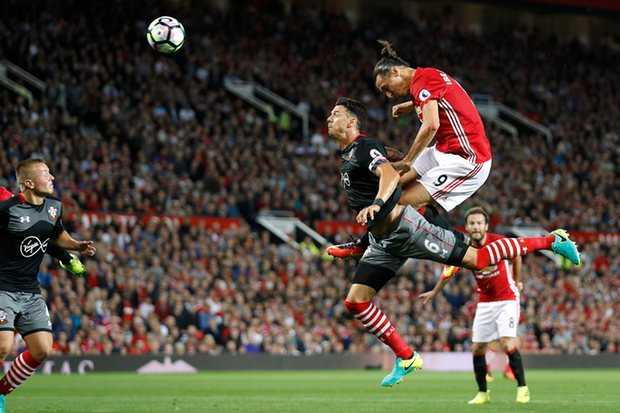 Paul Pogba ra mat, Manchester United co chien thang dau tay tren san nha hinh anh 2