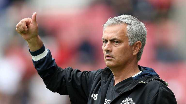 Mourinho: Co dong vien bong da tuong minh la Albert Einsteins hinh anh 1
