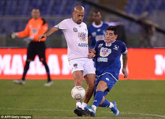 Diego Maradona tinh danh Veron trong tran cau tu thien hinh anh 4