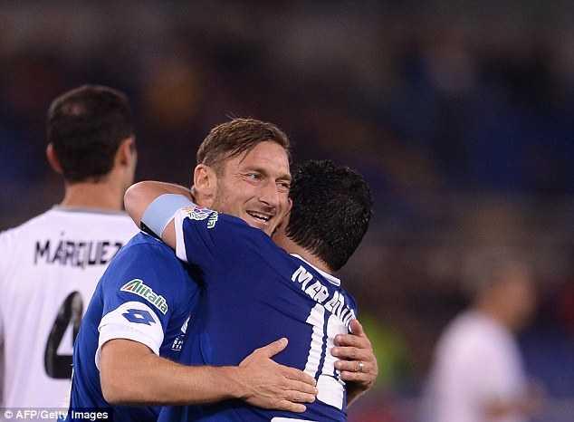 Diego Maradona tinh danh Veron trong tran cau tu thien hinh anh 5