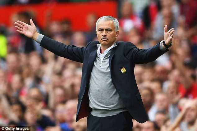 Huyen thoai Man Utd muon Mourinho tan nhan hon nua hinh anh 1