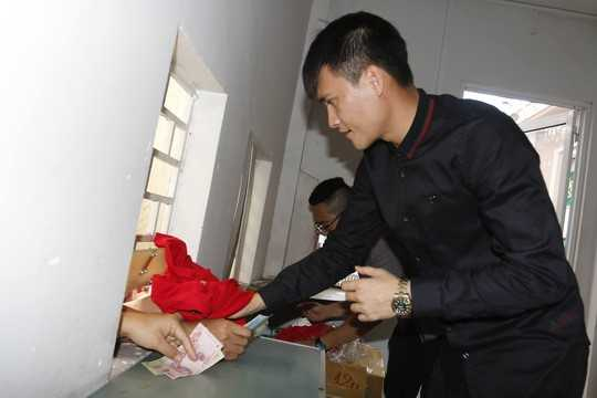 Cong Vinh ban ve, Cong Phuong phat to roi: Dung chi trich, hay mo long voi bong da Viet Nam hinh anh 1