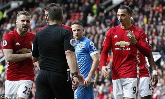 Du am MU vs Bournemouth: Ibrahimovic choi te, trong tai suyt mac loi nghiep du hinh anh 2
