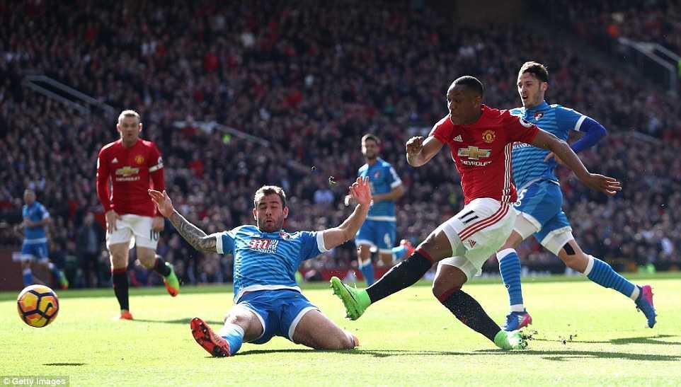 Du am MU vs Bournemouth: Ibrahimovic choi te, trong tai suyt mac loi nghiep du hinh anh 3