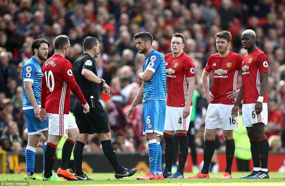 Du am MU vs Bournemouth: Ibrahimovic choi te, trong tai suyt mac loi nghiep du hinh anh 5