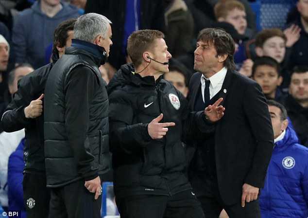 Man Utd bai tran, Mourinho con bi co dong vien Chelsea che gieu hinh anh 1