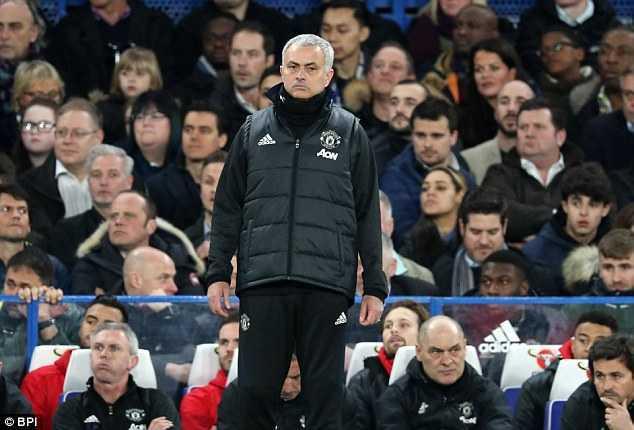 Man Utd bai tran, Mourinho con bi co dong vien Chelsea che gieu hinh anh 2