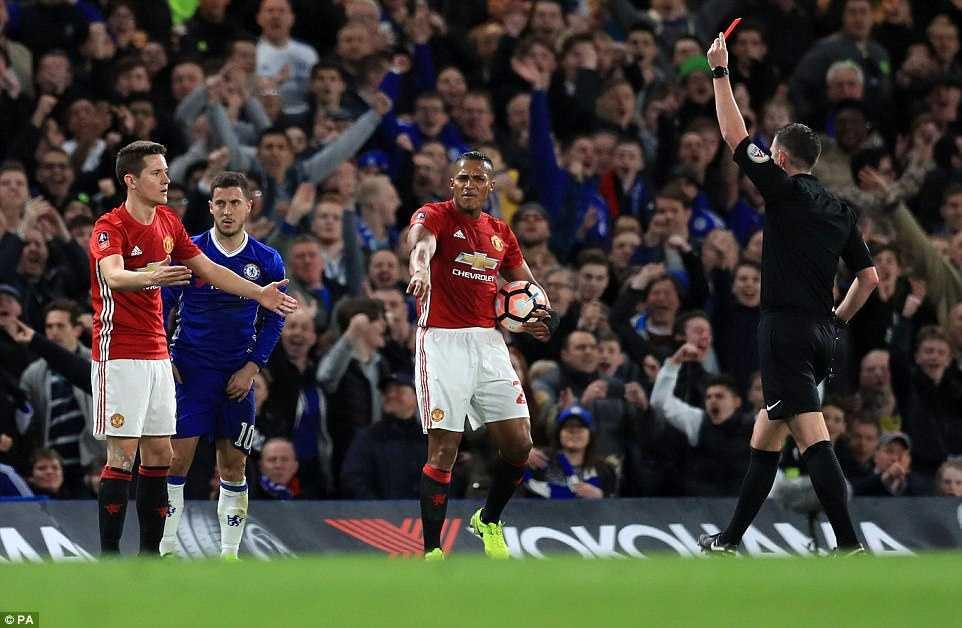 Chelsea ha guc Man Utd: Kante tren co Pogba, Herrera nhan the do den dui hinh anh 3