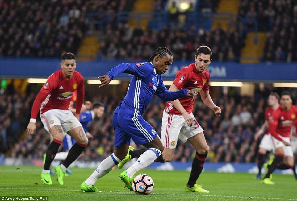Chelsea ha guc Man Utd: Kante tren co Pogba, Herrera nhan the do den dui hinh anh 2