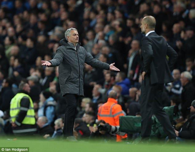 Man City vs MU: MU lap ky luc te hai, Guardiola tren tai Mourinho hinh anh 2