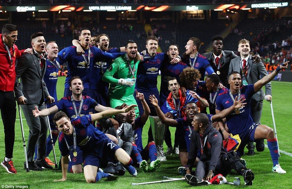 Dau an MU vs Ajax: Paul Pogba toa sang, Mourinho xuat sac 'doc vi' doi phuong hinh anh 4