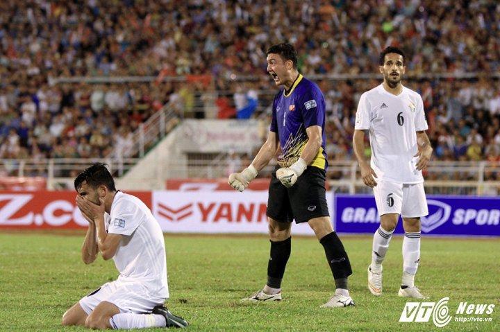 Dang Van Lam chan thuong dai ngay, de lo tran dau Viet Nam vs Campuchia hinh anh 2