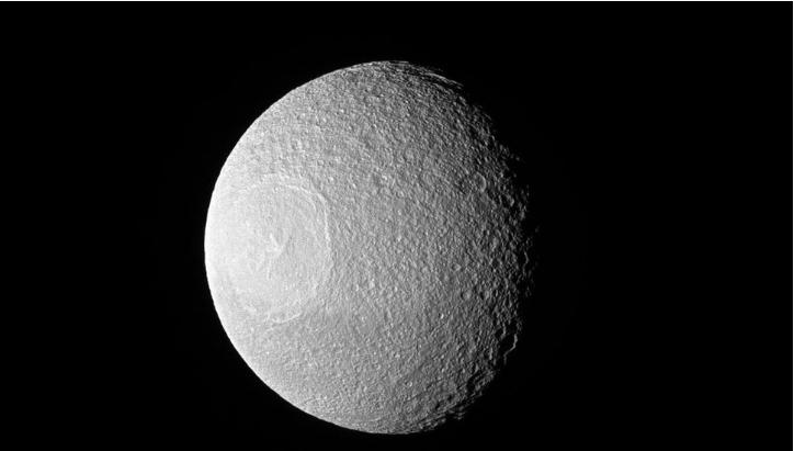 Lo anh 'doc' ve mat trang dong tu Tethys cua Sao Tho hinh anh 1