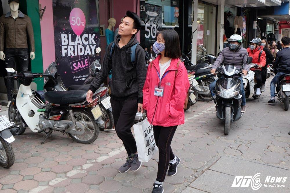 Cua hang thoi trang tai Ha Noi 'that thu' vi qua dong nguoi mua sam dip Black Friday hinh anh 13
