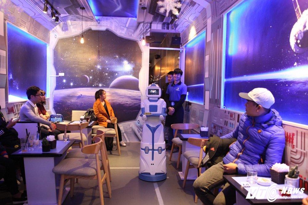 Nang robot gia 200 trieu dong lam nhan vien bung be cafe o Ha Noi hinh anh 1