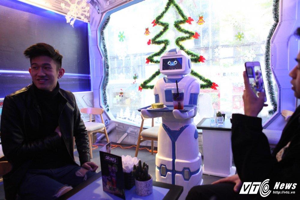 Nang robot gia 200 trieu dong lam nhan vien bung be cafe o Ha Noi hinh anh 2
