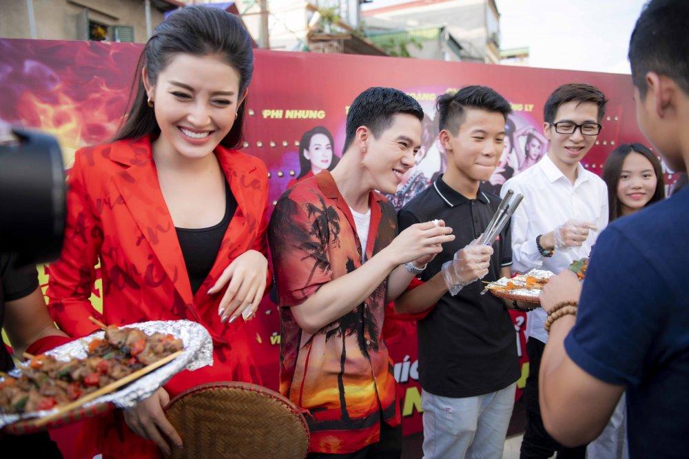 A hau Huyen My tuoi tan rang ro tai 'Pho hang nong' hinh anh 1