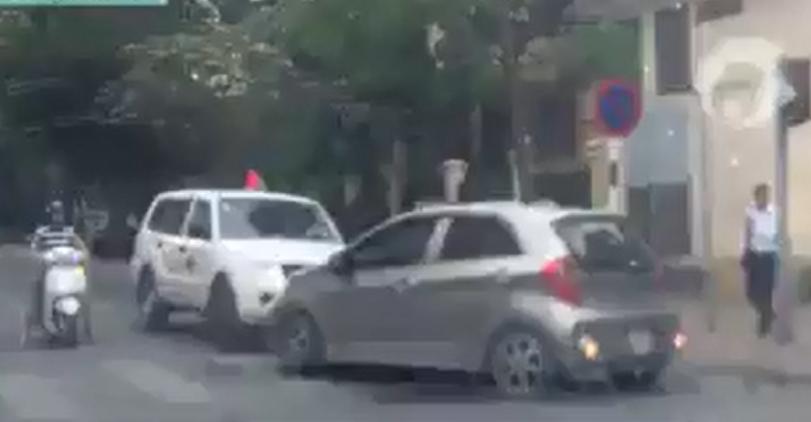 Tai xe o to chan dau xe cuu thuong lan lan: Ai dung, ai sai? hinh anh 1