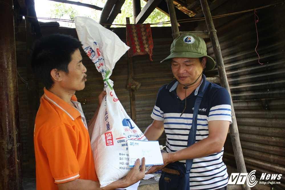 Hang cuu tro cua doc gia VTC News tiep tuc duoc trao cho nguoi dan mien Trung hinh anh 5