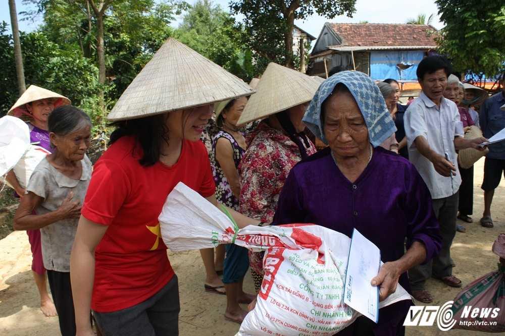 Hang cuu tro cua doc gia VTC News tiep tuc duoc trao cho nguoi dan mien Trung hinh anh 7