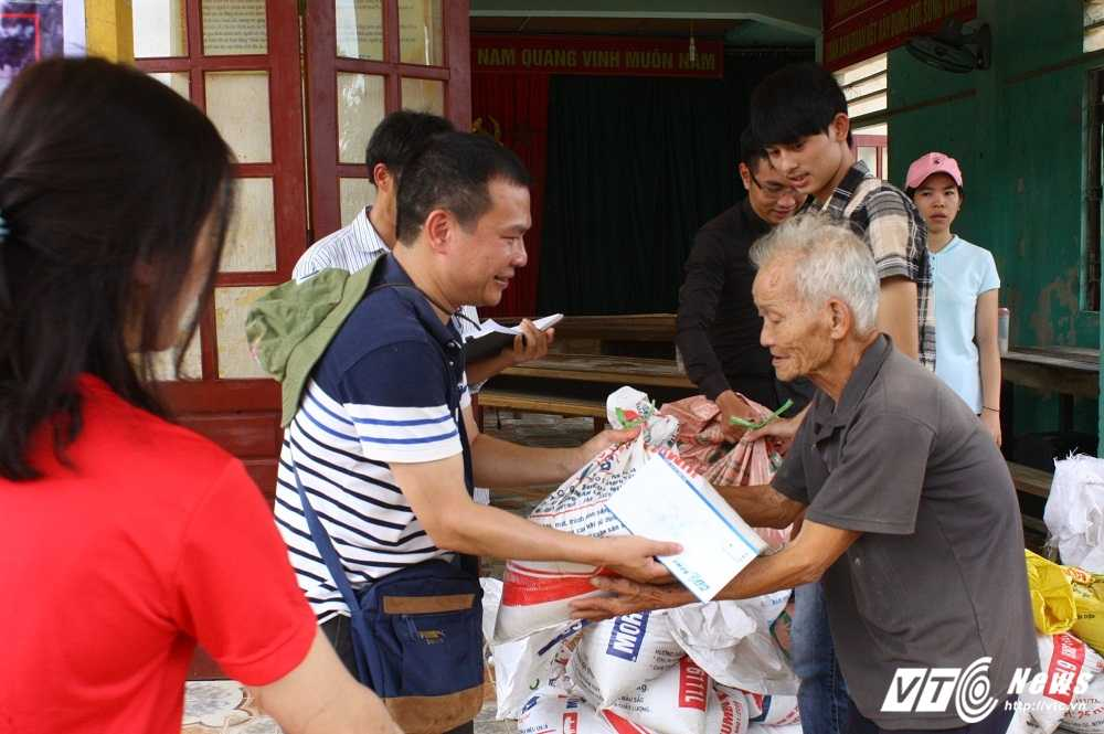 Hang cuu tro cua doc gia VTC News tiep tuc duoc trao cho nguoi dan mien Trung hinh anh 11