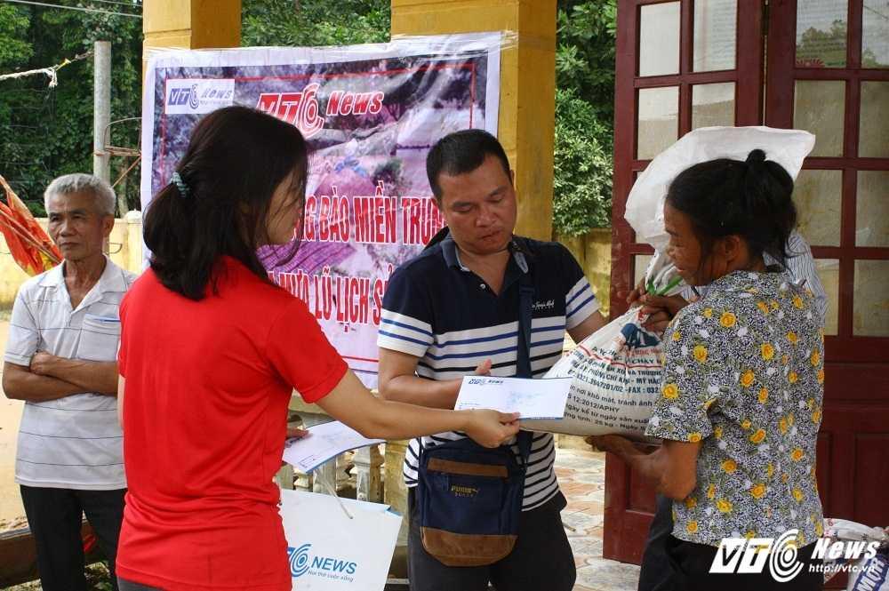 Hang cuu tro cua doc gia VTC News tiep tuc duoc trao cho nguoi dan mien Trung hinh anh 12
