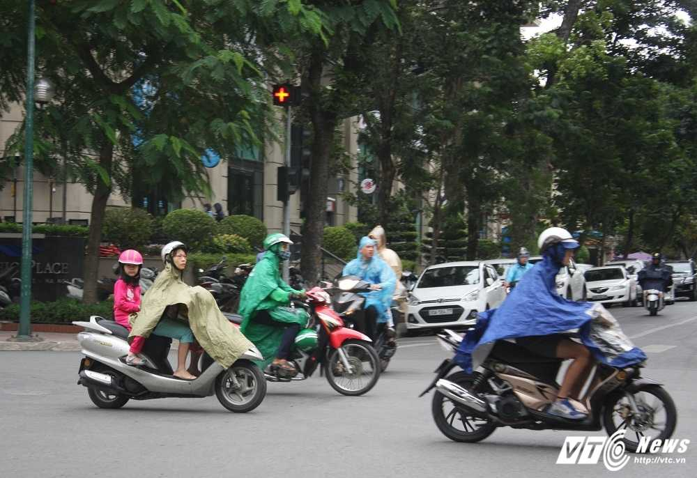 Anh: Nhiet do giam sau, nguoi Ha Noi co ro trong gio lanh hinh anh 1