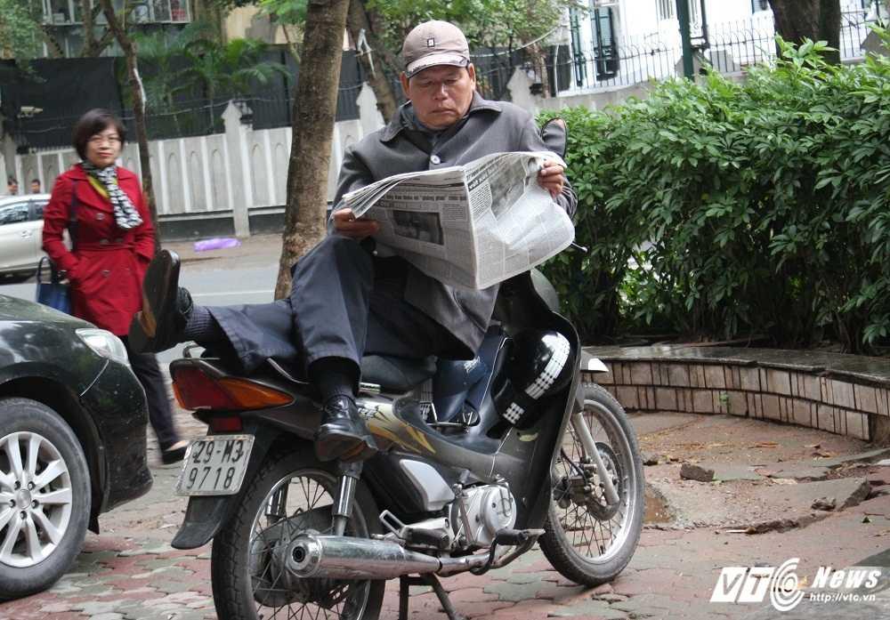Anh: Dan Thu do trum kin ra duong trong mua phun, gio ret hinh anh 13