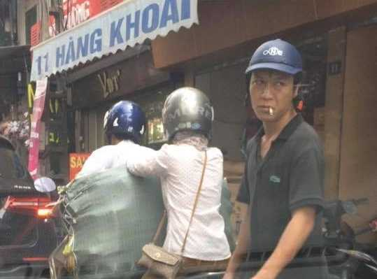 Video: Ngoi trong o to quay clip moc tui giua pho Ha Noi dang len facebook hinh anh 2