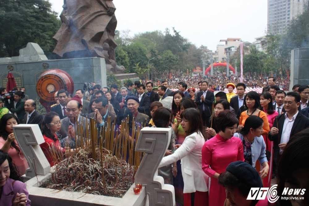 Thu tuong cung hang nghin nguoi dan tham du le hoi Go Dong Da hinh anh 13