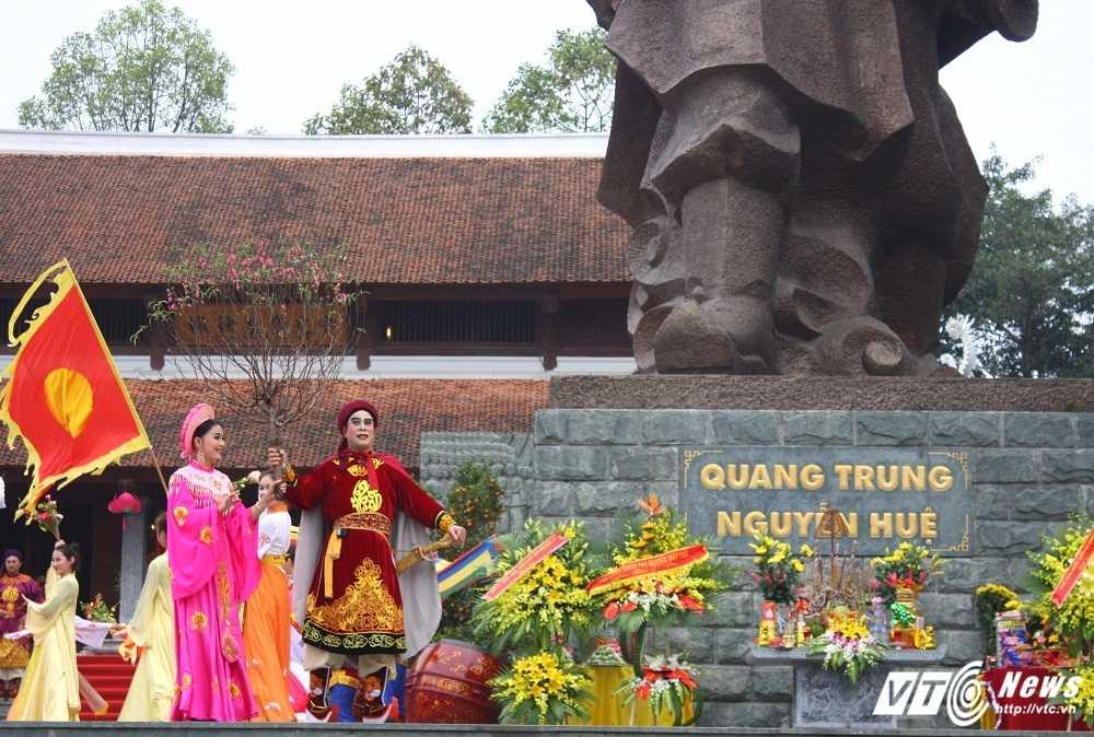 Thu tuong cung hang nghin nguoi dan tham du le hoi Go Dong Da hinh anh 10