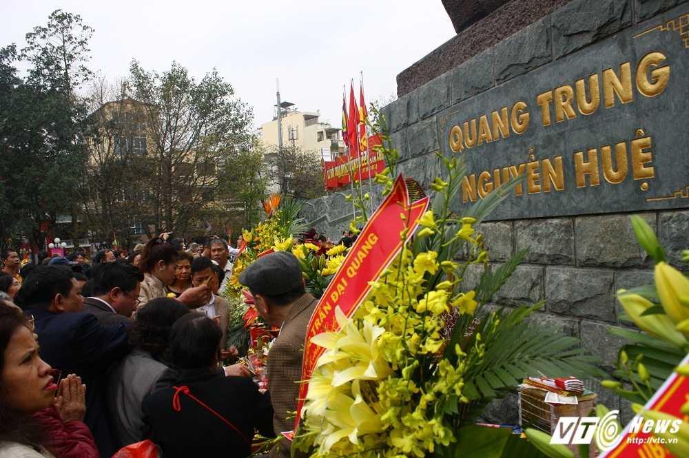 Thu tuong cung hang nghin nguoi dan tham du le hoi Go Dong Da hinh anh 12