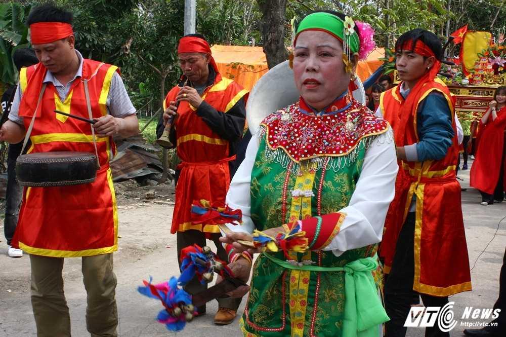 Phi xuong ruong bat loc vua ban trong le hoi ruoc vua den Sai hinh anh 6