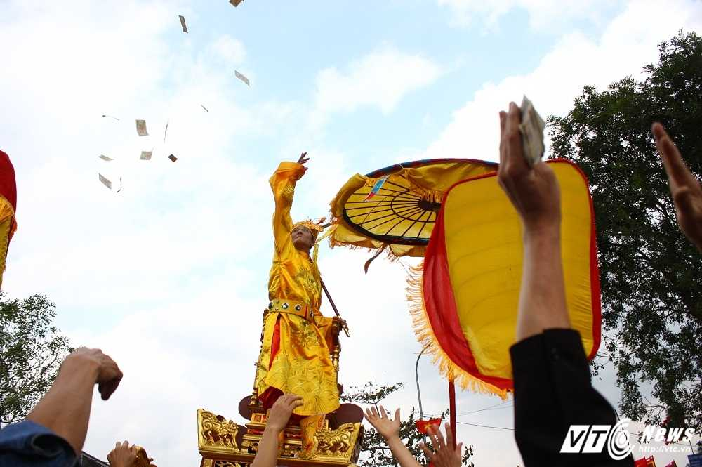 Phi xuong ruong bat loc vua ban trong le hoi ruoc vua den Sai hinh anh 11