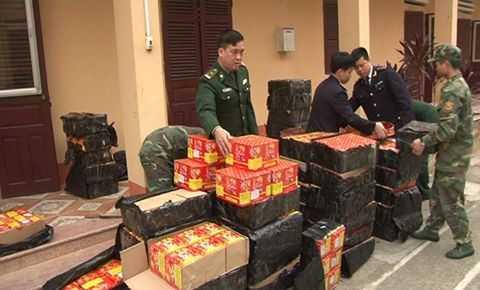 Nguy trang 600 kg phao no trong xe hoa qua tuon vao Viet Nam hinh anh 1