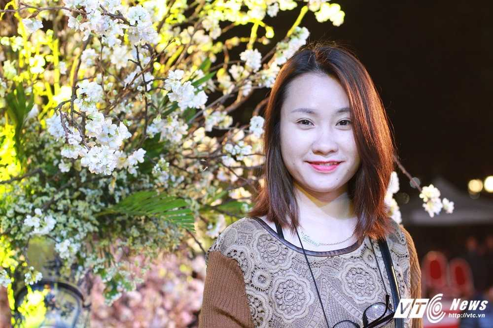 Anh: Dan Thu do hao huc chup anh voi hoa anh dao that trong dem hinh anh 5